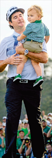 """< """"아들아, 챔피언 먹었어!"""" > 버바 왓슨이 마스터스 우승 직후 입양한 아들 칼레브를 안고 걸어가고 있다. AFP연합뉴스"""
