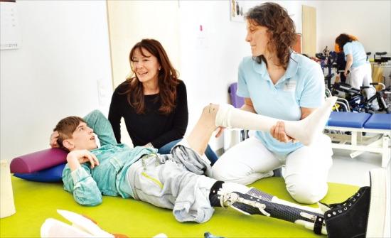 선천성 뇌성마비로 인해 신체 장애를 앓고 있는 호세 카를로 실바 군이 지난달 27일 독일 아샤우재활병원에서 물리치료사로부터 재활치료를 받고 있다.