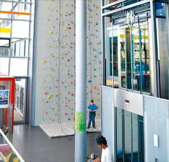 아샤우재활병원 로비에 있는 20m 높이의 인공암벽 등반시설. 한 장애어린이가 재활치료의 일환으로 암벽 등반을 준비하고 있다. 강경민 기자