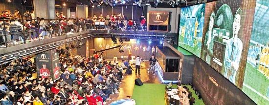 지난 1월2일 넥슨의 e스포츠 경기장 넥슨아레나에서 열린 피파온라인3 챔피언십 개인전 16강 경기에는 700명의 관객이 몰려 복도까지 가득 메웠다. 넥슨 제공