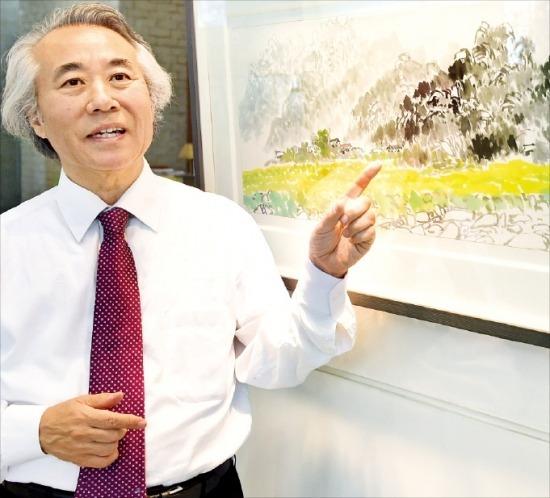 한국화가 하철경 한국예술문화단체총연합회(예총) 회장이 한경갤러리에 전시된 자신의 작품 '월출산의 봄'에 대해 설명하고 있다. 김병언 기자 misaeon@hankyung.com