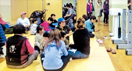 < 주민 대피 > 북한군이 우리 군 함정 인근에 포격 도발을 한 22일 오후 연평도 주민과 어린이들이 연평면사무소대피소에 대피해 있다. 연합뉴스