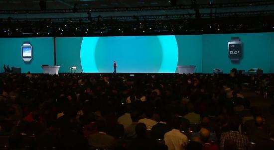 순다 피차이 구글 수석 부사장이 25일(현재시간) 'I/O' 키노트에서 삼성전자 '기어 라이브'와 LG전자 'G워치'를 소개하고 있다.