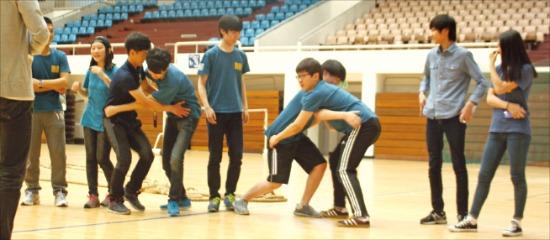 '드림멘토링'에 참여한 청소년들이 체육대회 행사를 하고 있다. 서울대 경영대학 제공