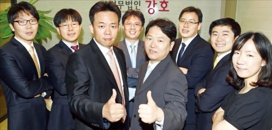 10일 오전 서울 서초동 법무법인 강호 사무실에서 박찬훈(앞줄 왼쪽)·조정욱(오른쪽) 대표 변호사와 소속변호사들이 포즈를 취하고 있다. 허문찬 기자 sweat@hankyung.com