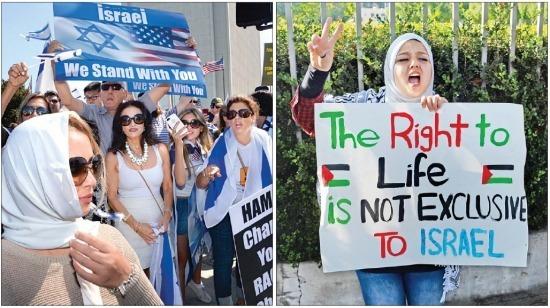 < 美 곳곳서 親-反 이스라엘 시위 > 미국 로스앤젤레스 웨스트우드 거리에서 13일(현지시간) 이스라엘의 팔레스타인 가자지구 공습을 지지하는 이스라엘계 미국인들(왼쪽)과 생명의 존엄 및 평화를 요구하는 팔레스타인인들의 시위가 동시에 벌어지고 있다. 로스앤젤레스UPI연합뉴스