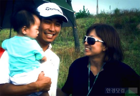 문경준 프로 아들 문지우군과 문 프로, 아내 곽미은씨가 경기를 마치고 홀가분한 마음으로 환하게 웃고 있다./ 사진=한경DB