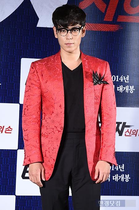 [포토] 최승현, '붉은 재킷 입고 강렬한 카리스마 내뿜으며~'