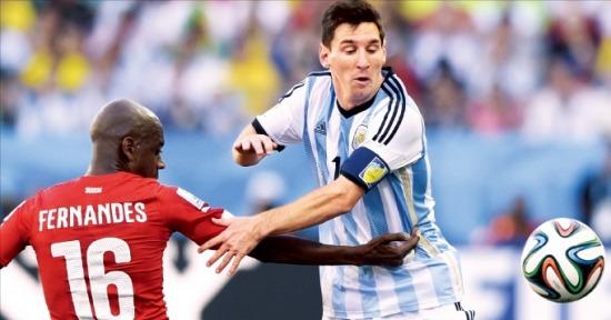 리오넬 메시(오른쪽·아르헨티나)가 2일 상파울루에서 열린 스위스와의 2014 브라질 월드컵 16강전에서 젤송 페르난드스(스위스)와 공을 다투고 있다. AFP연합뉴스