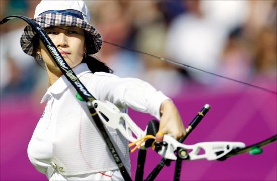 2012 런던올림픽에서 2관왕에 오른 기보배(26·광주시청)는 국내 양궁용품 제조업체 윈앤윈의 활을 사용한다. 런던올림픽에선 양궁종목 참가선수 325명 중 절반 이상인 169명이 이 브랜드의 활을 선택했다. 한경DB