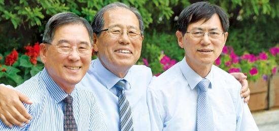 정해창 전 법무부 장관(가운데)이 아우인 정해왕 전 한은 금융경제연구원장(왼쪽)과 정해방 금융통화위원의 어깨를 안았다. 함께 사진 찍는 게 어색하다던 삼형제는 금방 편안한 웃음을 지었다. 신경훈 기자 nicerpeter@hankyung.com