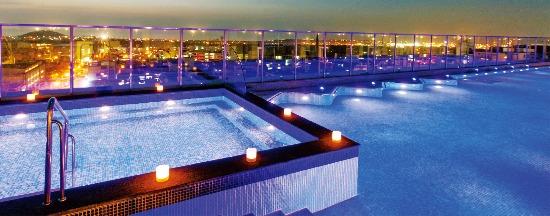 롯데시티호텔 6층 '사계절온수풀'에서는 제주 도심을 보며 물놀이를 즐길 수 있다. 롯데시티호텔제주 제공