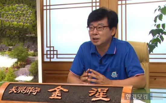 김성 신임 장흥군수가 지난 2일 장흥군청 집무실에서 실시한 인터뷰에서 로하스타운 조성사업 등 현재 구상 중인 지역경제 활성화를 위한 방안에 대해 설명하고 있다. / 신성일PD ssi@hankyung.com