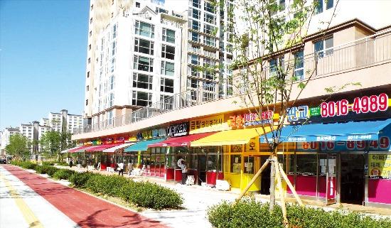 경기 성남시 판교신도시의 아파트 단지 내 상가 모습.