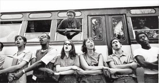 1964년 여름, 미국 전역에서 모인 대학생들이 미시시피로 떠나는 버스 앞에서 '우리 승리하리라(We shall overcome)' 노래를 부르고 있다. 삼천리 제공