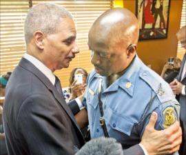 """""""흑인의 경찰 불신, 이해한다"""" 홀더 美법무, 퍼거슨市 방문"""