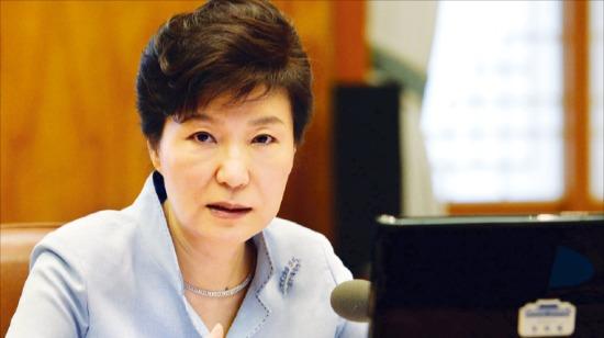 박근혜 대통령이 25일 청와대에서 열린 수석비서관회의에서 규제 개혁 등 현안에 대해 말하고 있다. 강은구 기자 egkang@hankyung.com
