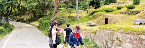 공원묘지의 진화…망우리, 평일에도 붐비는 '힐링 산책로'