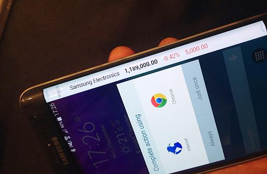 4일(현지시간) 삼성전자의 다중화면 스마트폰 '갤럭시 노트 에지' 측면 화면에 삼성전자의 주가 정보가 세로로 흐르듯 노출되고 있다. 사진=김민성 기자
