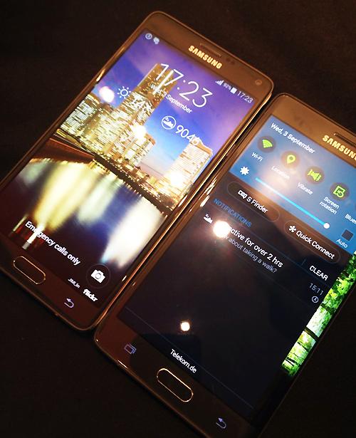 갤럭시 노트4(왼쪽)가 5.7인치로 화면이 더 크지만 갤럭시노트 에지(오른쪽)가 측면 디스플레이 확장성으로 오히려 화면이 넓게 느껴진다. 사진=김민성 기자
