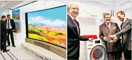 중국 가전업체 TCL은 IFA 전시회에서 세계 최대 110인치 UHD TV를 선보였다.(왼쪽 사진) 독일 가전업체 밀레는 스마트폰과 태블릿 PC로 작동할 수 있는 밀레앳홈 시스템을 장착한 드럼 세탁기를 내놨다. 라인하르트 진칸 밀레 최고경영자(가운데)가 제품을 소개하고 있다. 연합뉴스