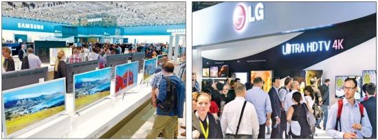 독일 베를린에서 열린 유럽 최대 국제가전전시회 'IFA 2014'가 10일 막을 내렸다. 관람객들이 삼성전자의 UHD TV(왼쪽)와 LG전자의 '울트라 HDTV 4K' 전시관을 둘러보고 있다. 연합뉴스
