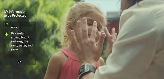 스마트폰 독립형 스마트워치를 표방한 삼성전자 기어S를 착용한 한 엄마가 아이를 두 손으로 어루만지는 광고의 한 장면.