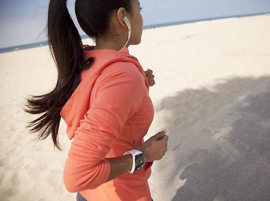 스마트폰 독립형 스마트워치를 표방한 삼성전자 기어S를 착용하고 야외에서 운동을 즐기는 한 여성.