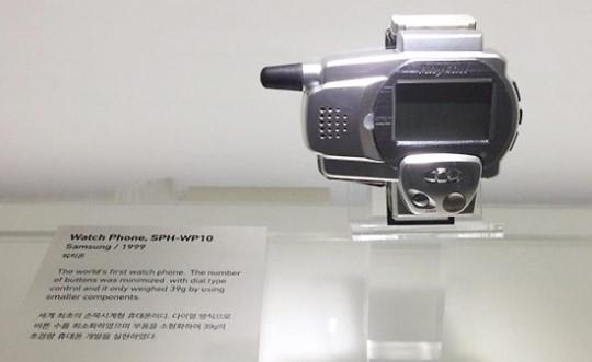 1999년 삼성전자가 출시한 세계 최초 워치폰 SPH-WP10. 사진=김민성 기자