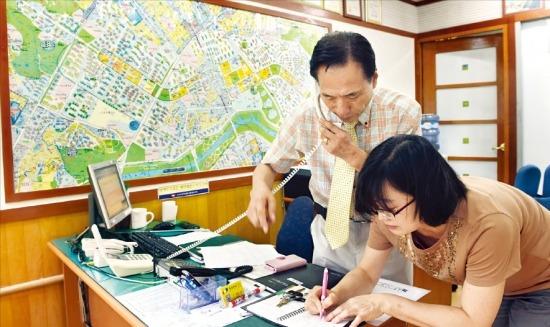 '9·1 부동산 대책' 발표 이후 법원 경매 낙찰가율이 상승하고, 서울 아파트 거래량이 크게 늘고 있다. 3일 서울 목동 신시가지9단지 한 중개업소 관계자가 수요자 문의 전화를 받고 있다. 허문찬 기자 sweat@hankyung.com