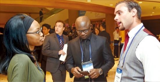 26일 열린 '아시아 IP 비즈니스&금융 콘퍼런스 2014'에서 외국인 참석자들이 휴식시간을 이용해 얘기를 나누고 있다. 강은구 기자 egkang@hankyung.com