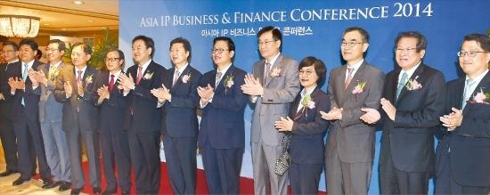 한국경제신문과 국제지식재산상업화협회(IIPCC)가 26일 공동 주최한 '아시아 IP 비즈니스&금융 콘퍼런스 2014'에서 주요 참석자들이 박수를 치며 축하하고 있다. 오른쪽부터 진웅섭 정책금융공사 사장, 김한조 외환은행장, 서근우 신용보증기금 이사장, 권선주 기업은행장, 홍기택 산은금융 회장, 정우택 국회 정무위원장, 김기웅 한국경제신문 사장, 신제윤 금융위원장, 이순우 우리금융 회장, 서진원 신한은행장, 김한철 기술보증기금 이사장, 김종현 한국지식재산상업화협회장, 존슨 콩 IIPCC 회장. 신경훈 기자 nicerpeter@hankyung.com