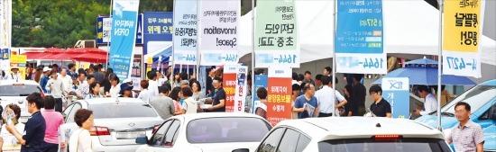< '떴다방'도 등장 > 서울 지하철 8호선 복정역 인근에 마련된 '위례자이' 아파트 모델하우스의 진입로가 28일 '떴다방'(이동식 중개업소)에서 설치한 천막과 승용차, 방문객 등으로 북적이고 있다. 허문찬 기자 sweat@hankyung.com