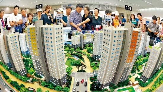 < 주말 위례 자이 모델하우스에 4만명 > 28일 서울 장지동 '위례 자이' 아파트 모델하우스를 찾은 예비청약자들이 단지 모형을 살펴보고 있다. 지난 26일부터 사흘 동안 새로 문을 연 전국 15개 모델하우스에 35만여명이 다녀갔다. 허문찬 기자 sweat@hankyung.com