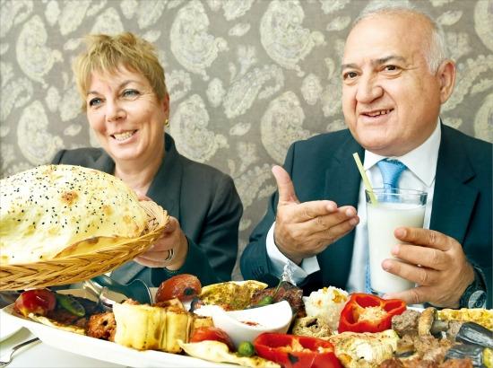 아르슬란 하칸 옥찰 주한 터키대사(오른쪽)와 부인 피나르 옥찰 여사가 터키 전통음식에 대해 설명하고 있다. 신경훈 기자 nicerpeter@hankyung.com