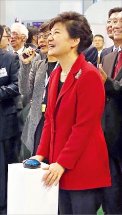 20일 부산 벡스코에서 개막한 '월드IT쇼 2014'에 참석한 박근혜 대통령이 바닷속에서 해파리 제거 로봇이 활동하는 모습을 대형 모니터를 통해 관람하고 있다. 부산=강은구 기자 egkang@hankyung.com