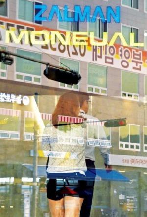지난 20일 법정관리를 신청한 모뉴엘의 직원들이 24일 경기 안양시 일직로에 있는 모뉴엘 광명사옥에 들어가고 있다. 허문찬 기자 sweat@hankyung.com