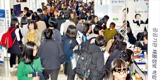 """내년에는 302개 공공기관이 1만7187명의 신규 직원을 채용한다. 기업 채용 담당자들은 """"스펙초월, 채용연계형 인턴, 지역인재 우대 등을 노리면 취업에 유리할 것""""이라고 조언했다. 허문찬 기자 sweat@hankyung.com"""