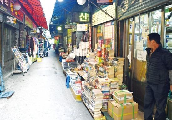 11일 서울 종로6가 대학천 책 도매상가의 한 서점 주인이 한산한 상가 골목을 바라보고 있다. 1980년대 80여개에 달했던 도매 서점수는 최근 10여개로 줄어들었다. 신경훈 기자 nicerpeter@hankyung.com