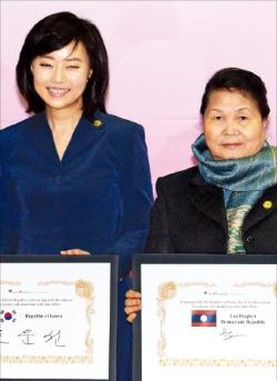 조윤선 청와대 정무수석(왼쪽)과 부아통 탐마봉 라오스 총리 부인이 11일 한·아세안 글로벌 ICT파트너십 협력서에 사인한 뒤 기념촬영하고 있다.