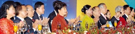 < 공연 관람하는 정상들 > 박근혜 대통령과 아세안(동남아국가연합) 정상 부부들이 11일 부산 벡스코 컨벤션홀에서 열린 한·아세안 특별정상회의 환영 만찬에서 참가국의 합동 공연을 보며 박수를 치고 있다. 부산=강은구 기자 egkang@hankyung.com