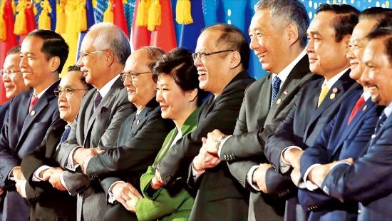 < 손에 손잡고 > 박근혜 대통령과 아세안(동남아국가연합) 회원국 정상들이 12일 부산 벡스코에서 열린 한·아세안 특별정상회의 시작에 앞서 기념 촬영하고 있다. 오른쪽부터 하사날 볼키아 브루나이 국왕, 응우옌떤중 베트남 총리, 쁘라윳 짠오차 태국 총리, 리셴룽 싱가포르 총리, 베니그노 아키노 필리핀 대통령, 박 대통령, 테인 세인 미얀마 대통령, 나집 라작 말레이시아 총리, 통싱 탐마봉 라오스 총리, 조코 위도도 인도네시아 대통령, 훈센 캄보디아 총리. 부산=강은구 기자 egkang@hankyung.com