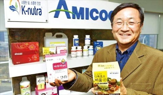 신용철 아미코젠 대표가 효소 건강기능식품 'K-뉴트라'에 대해 설명하고 있다. 정동헌 기자 dhchung@hankyung.com