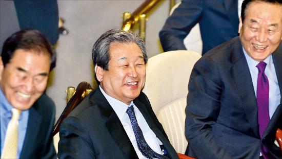 < 안도하는 與 지도부 > 새누리당의 이재오 의원(왼쪽부터)과 김무성 대표, 서청원 최고위원이 16일 국회에서 이완구 국무총리 후보자 임명동의안이 가결된 뒤 환하게 웃고 있다. 신경훈 기자 nicerpeter@hankyung.com