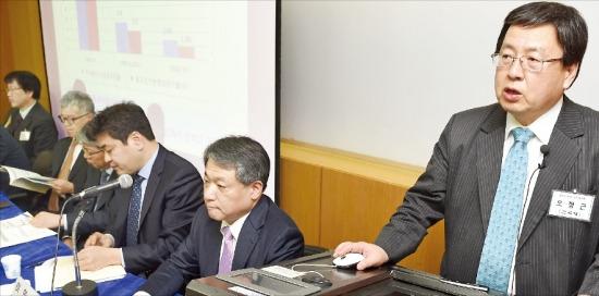 오정근 건국대 금융IT학과 특임교수(오른쪽)가 24일 서울 연세대에서 열린 한국경제학회 학술대회에서 '최근 경기동향과 통화정책 방향'에 대해 발표하고 있다. 신경훈 기자 nicerpeter@hankyung.com
