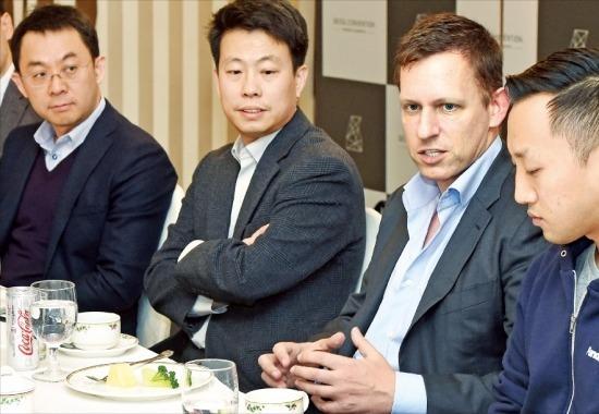 페이팔 공동 창업자이자 베스트셀러 '제로 투 원' 저자인 피터 틸(오른쪽 두 번째)이 25일 서울컨벤션에서 국내 벤처기업 대표들과 간담회를 하고 있다. 강은구 기자 egkang@hankyung.com