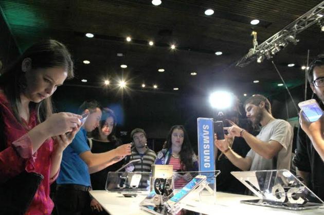 칠레 산티아고에서 열린 삼성전자 갤럭시 S6, 갤럭시 S6 엣지 발표 행사에서 참석자들이 제품을 체험하는 모습.