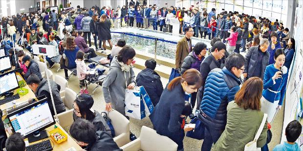 8일 인천 연희동 '청라파크자이 더테라스' 모델하우스가 내방객들로 북적이고 있다. 강은구 기자 egkang@hankyung.com