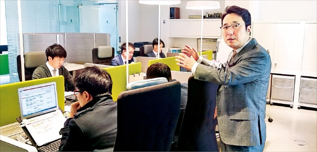조근호 변호사가 행복마루컨설팅 직원들의 업무 방식에 대해 설명하고 있다. 김병일 기자