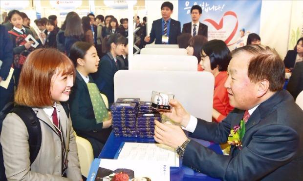 김주하 NH농협은행장(오른쪽)이 고등학생을 직접 상담하고 있다. 허문찬 기자 sweat@hankyung.com